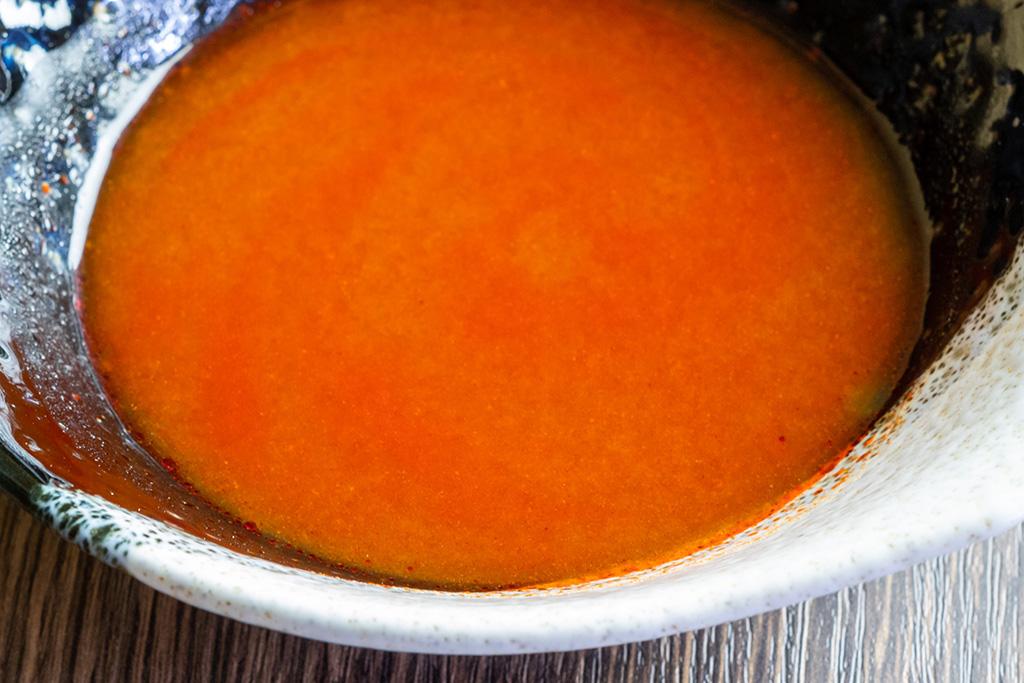 国産味噌と、辛味と風味の異なる2種の唐辛子、豚脂を加えた出汁をベースにしています。