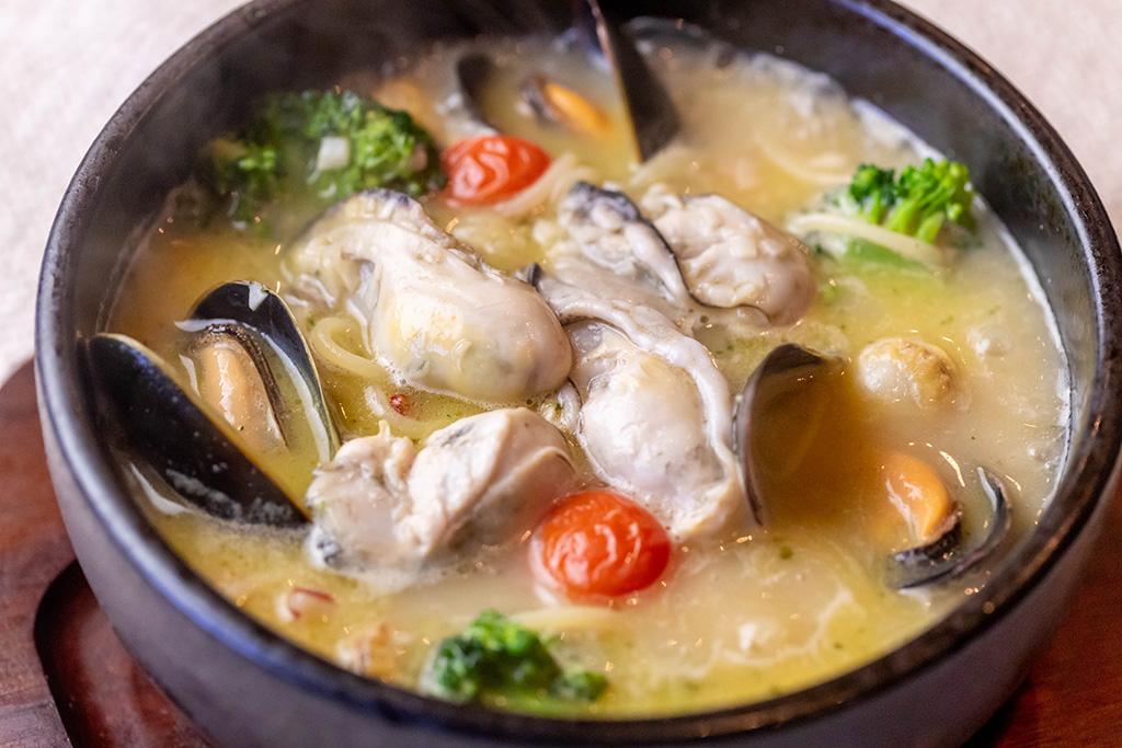 牡蠣ムール貝ホタテ貝づくし石焼スープスパ