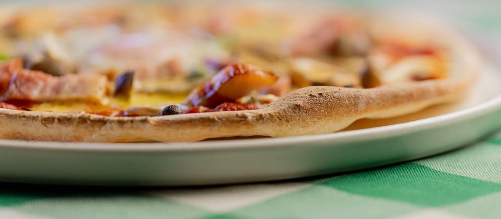 モルトボーノ アンナのピッツァの生地は薄目のローマ風です。